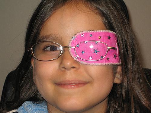 Зачем заклеивать один глаз ребенку при астигматизме
