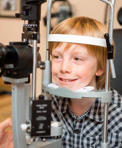 Осмотр глаза ребёнка при помощи щелевой лампы