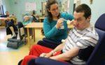 Пациента кормят с ложки