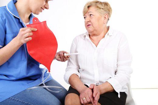пациентка и медработник с кружкой Эсмарха