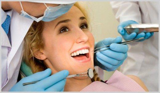 Пациентка на осмотре у стоматолога