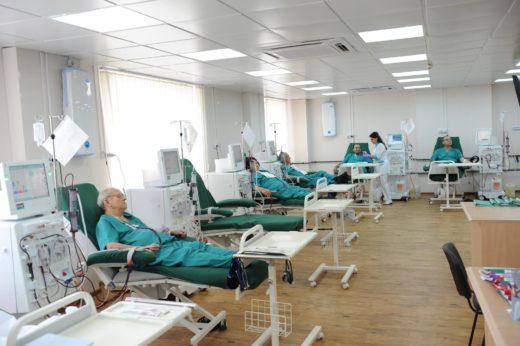 Пациенты в больнице проходят процедуру гемодиализа