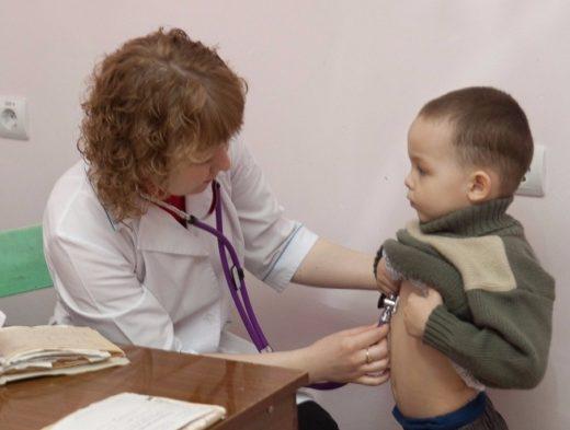 осмотр малыша педиатром