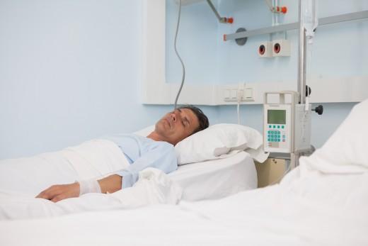 мужчина лежит в больничной палате