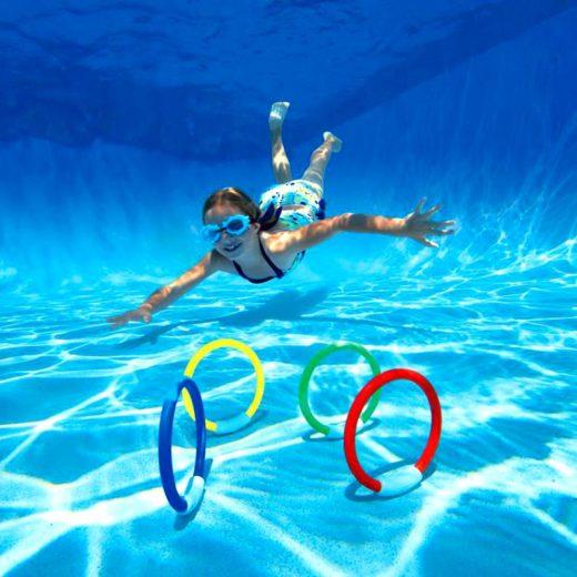 Ребёнок плавает в бассейне