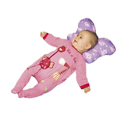 Малыш лежит на подушке в форме бабочки