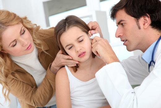 Обследование ребёнка отоларингологом
