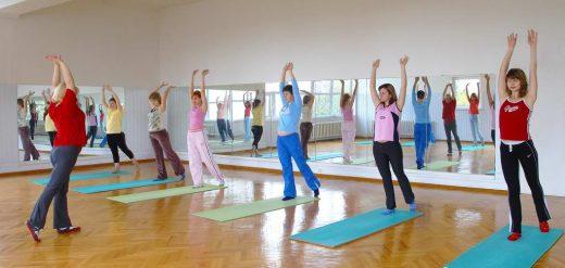 Группа женщин в гимнастическом зале