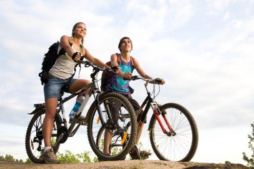 Девушка и юноша на велосипедах