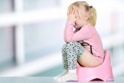 Девочка сидит на горшке