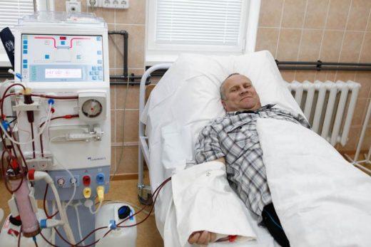 пациент на кровати под аппаратом гемодиализа