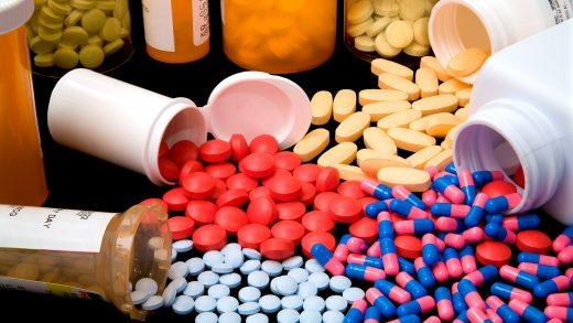 Рассыпанные по столу антибиотики