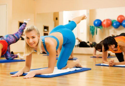 Женщины занимаются лечебной гимнастикой