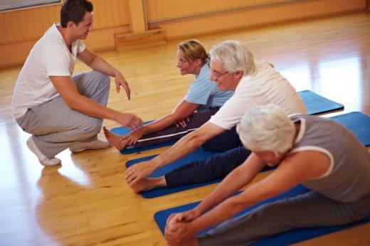 Пациенты занимаются лечебной гимнастикой
