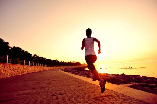 Спортсмен совершает пробежку