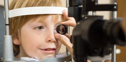 Процедура биомикроскопии у ребёнка