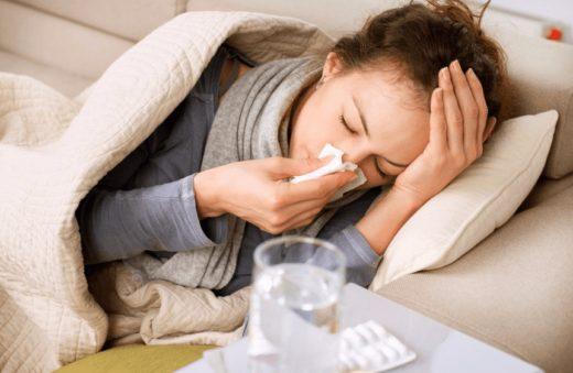 Девушка, заболевшая простудой