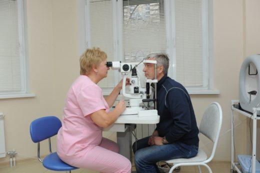 Осмотр пациента офтальмологом