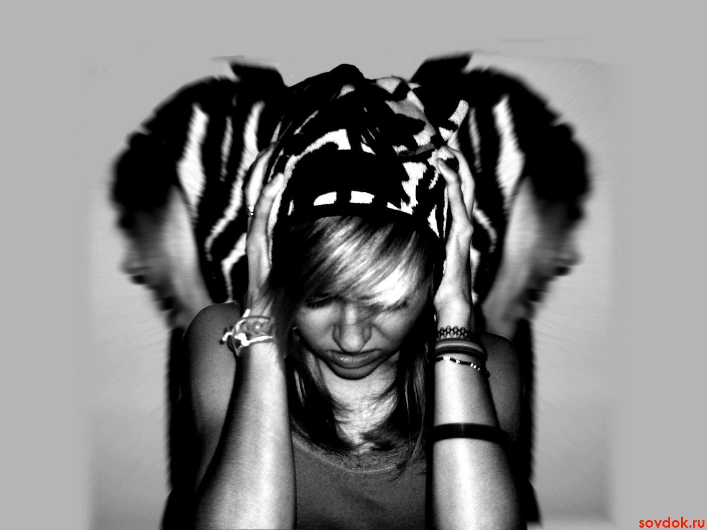 Девушка держится за голову