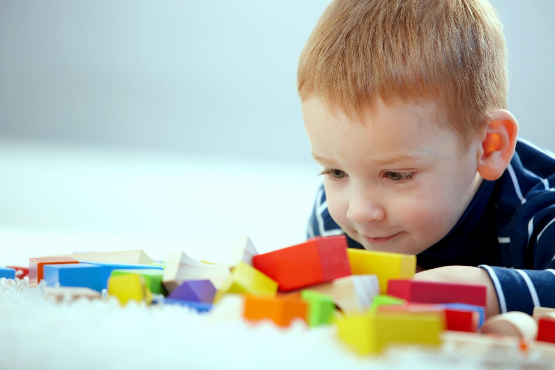 ребёнок играет с кубиками