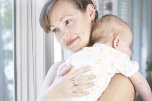 Ребёнок на руках у мамы