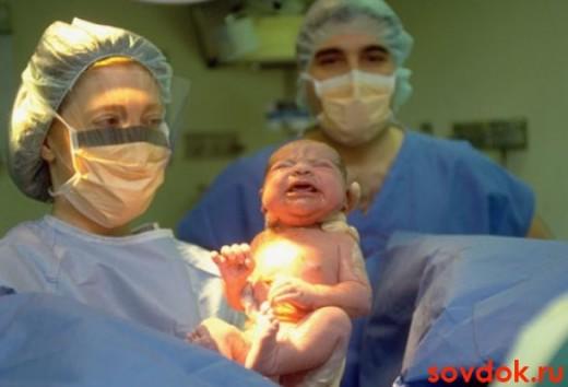 ребенок на руках у медика