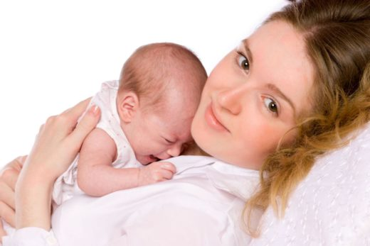 Ребёнок плачет на руках у матери