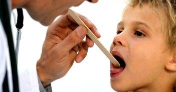 Ребёнок с больным горлом