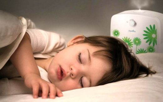Ребёнок спит рядом с увлажнителем