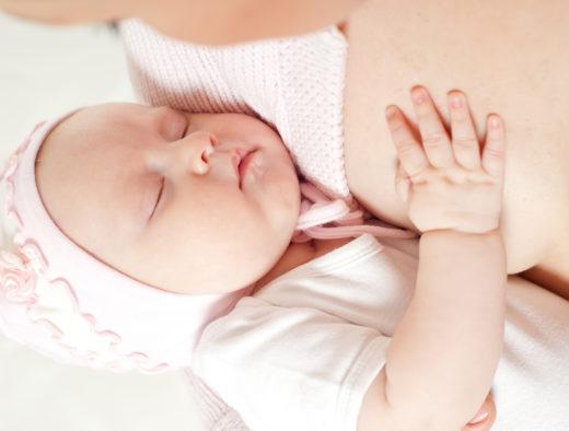 Ребёнок спит у груди