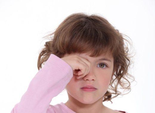 Ребёнок трёт глаза
