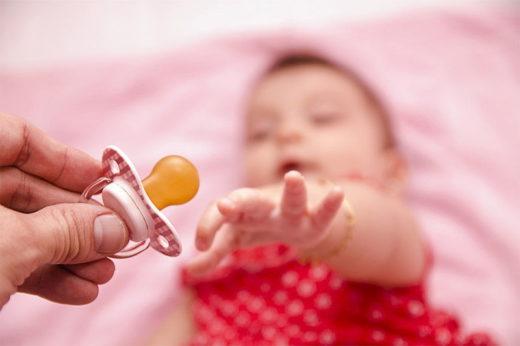 Ребенок тянется к соске