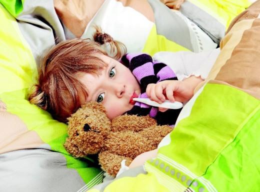 Ребёнок в постели (ангина)