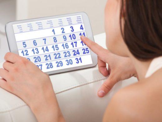 Девушка с календарём менструаций
