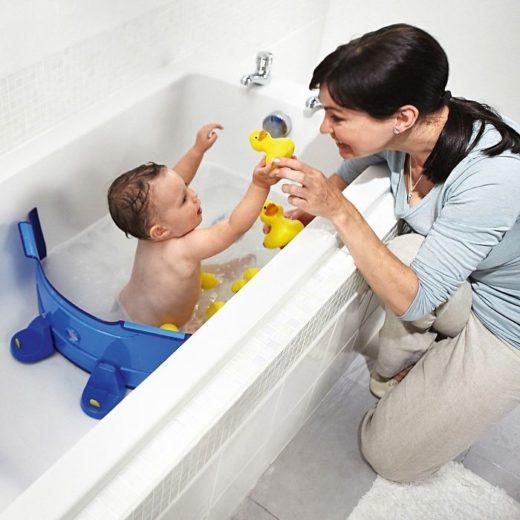 Мама с малышом играют в ванной