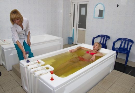 Женщина принимает сероводородную ванну