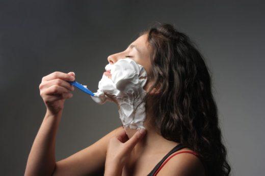 женщина бреется