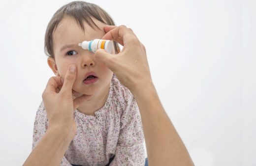 Закапывание глаз ребёнку