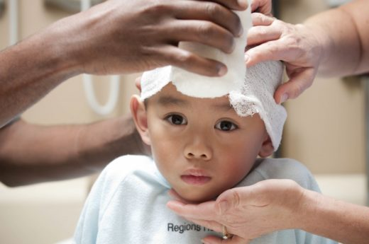 Ребёнку бинтуют голову