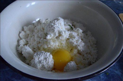 Творог и яйцо в тарелке
