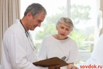 врач и пожилая женщина-пациент