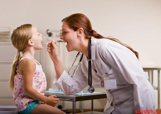 врач осматривает горло ребёнку