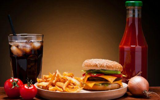 Вредная еда: кола, картофель-фри, гамбургер, кетчуп