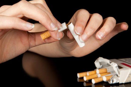 Руки разламывают сигареты