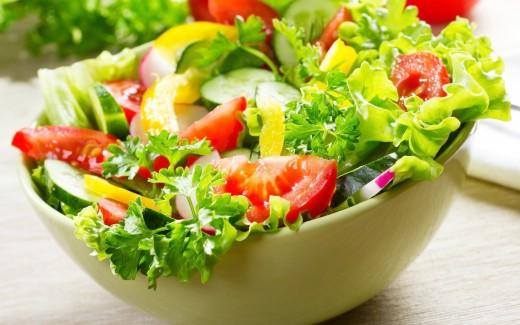 Свежий салат с огурцами и помидорами