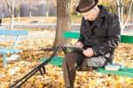 пожилой мужчина с планшетом