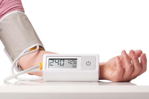 Высокие цифры артериального давления на экране автоматического тонометра