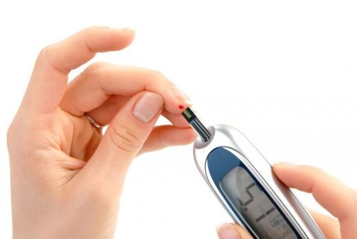 Проверка уровня сахара в крови с помощью глюкометра