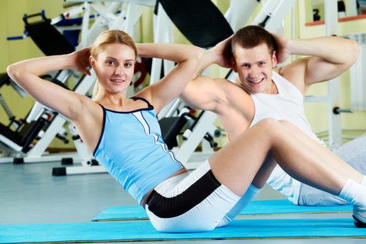 Парень и девушка занимаются в спортивном зале