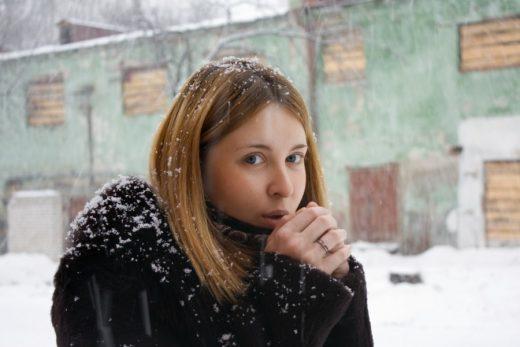 Женщина на холоде